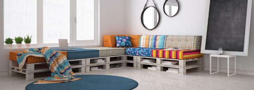 Sofá de pallet ajuda a criar uma decoração afetiva.